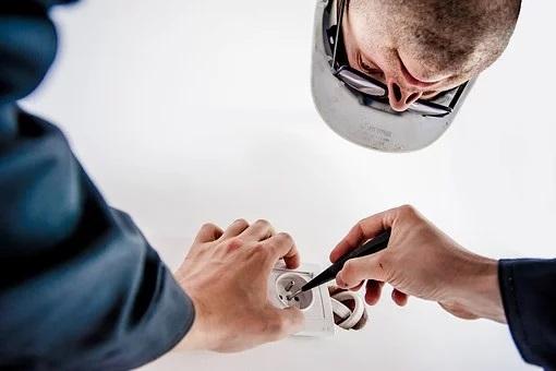 Electricista revisando instalación