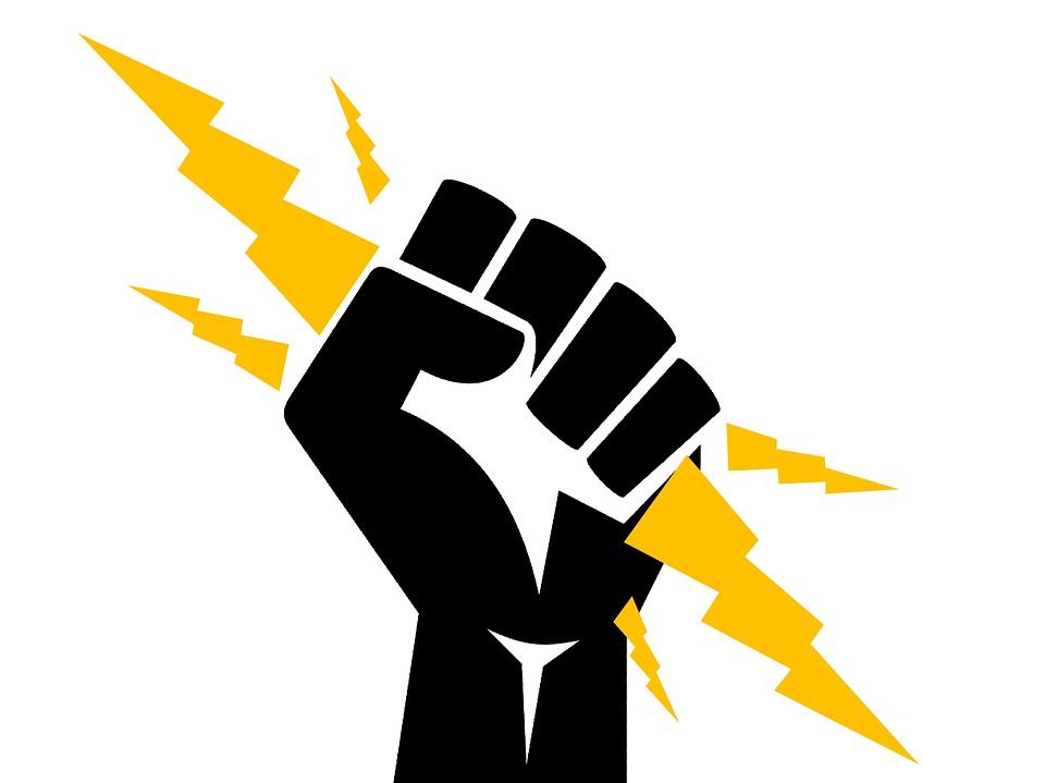 Mano tomando la eléctricidad