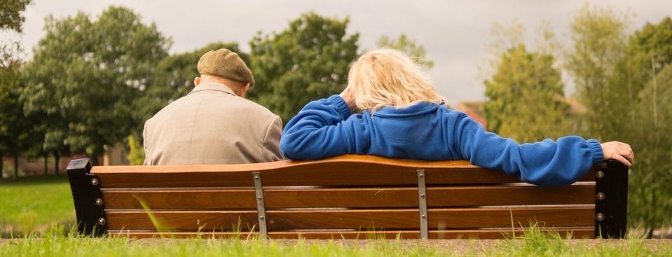 Charla de adultos mayores en parque